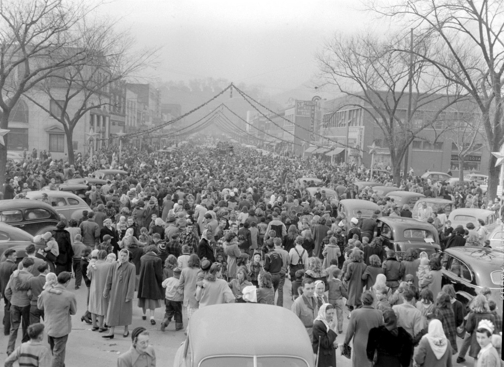 Parade spectators waiting for the arrival of Santa Claus, 1948. (Thomas McNeer, Jr. Collection, 1945-1988, KCMC 106)